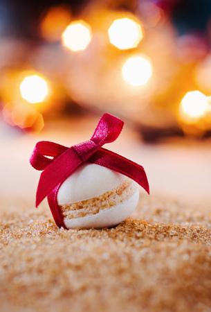 赤い弓とクリスマスのクッキー 写真素材