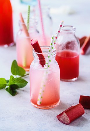 Ice-cooled spritzer with rhubarb syrup