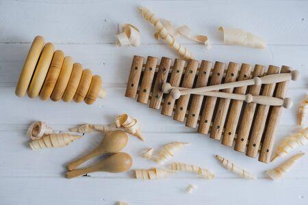 Xylophone en bois, maracas et pyramide. Jouets pour enfants, fabriqués à la main à partir de bois naturel. Copeaux de bois. Banque d'images