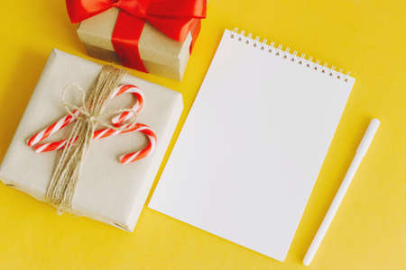 Christmas present with notepad on  yellow 版權商用圖片