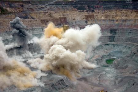 mineria: Explosi�n en una mina a cielo abierto Foto de archivo