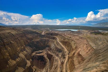 camion minero: Una vista a�rea de la mina abierta de diamante