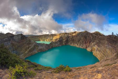 화산 Kelimutu 파노라마 분화구에서 다채로운 호수