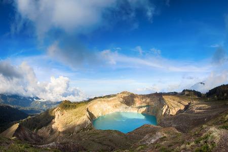 火山 Kelimutu 火口のカラフルな湖