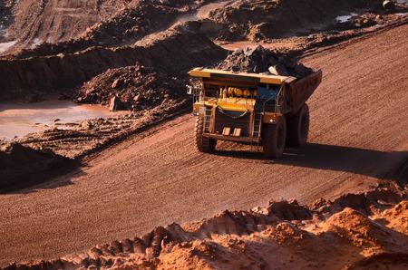 Cargado punta-camión en una mina abierta Foto de archivo