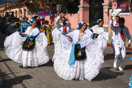 mexican dress: SAN CRISTOBAL DE LAS CASAS, MEXICO, 13 DECEMBER 2015: People dancing in traditional Mexican dress from Veracruz state Editorial