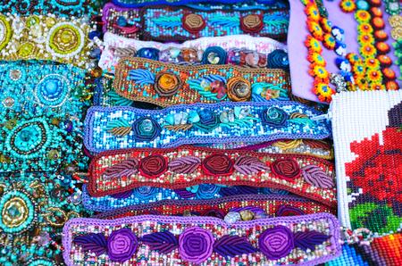 bid: pulseras de la oferta de colores y aretes en el mercado en Oaxaca