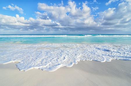 Prachtig uitzicht op zee aan het zandstrand