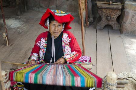 PISAC, PERU, AM 13. FEBRUAR 2017: Alte Frau spinnt am traditionellen peruanischen Webstuhl draußen Standard-Bild - 82907878