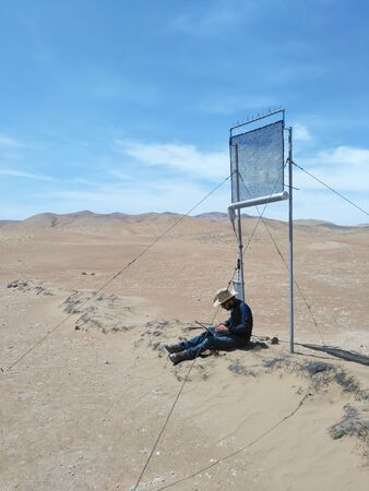 PATACHE、チリ、2017 年 1 月 12 日: ラップトップ座っていると砂漠に屋外実験取付けは気候の下で働く科学者