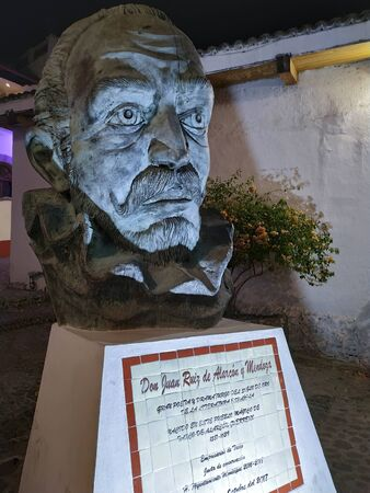 TAXCO, MEXICO, 19 MARCH 2019: monument to Don Juan Ruiz Alarcon and Mendoza in downtown Taxco at nighttime Редакционное
