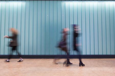 menschen in bewegung: U-Bahnhof London-Zug Blur Volksbewegung in der Hauptverkehrszeit, am King
