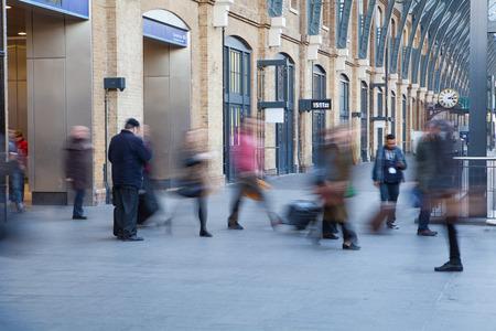 menschen in bewegung: U-Bahnhof London-Zug Blur Volksbewegung in der Hauptverkehrszeit Editorial