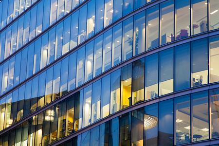 reflexion: Ventanas de oficinas del rascacielos de negocios, Edificio corporativo en la ciudad de Londres, Inglaterra, Reino Unido