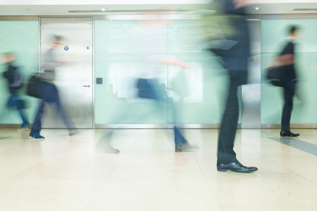 menschen in bewegung: Der U-Bahnhof London-Zug Blur Gesch�ftsleute Bewegung in der Hauptverkehrszeit Lizenzfreie Bilder