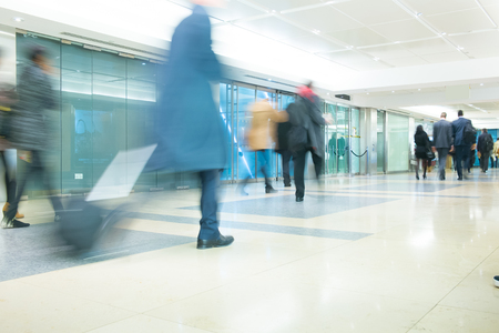 menschen in bewegung: Der U-Bahnhof London-Zug Blur Gesch�ftsleute Bewegung in der Hauptverkehrszeit Editorial