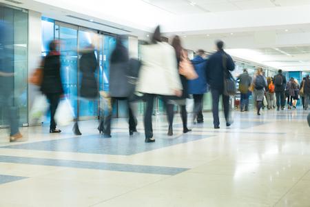 menschen in bewegung: Die U-Bahnstation London Zug Blur Gesch�ftsleute Bewegung in der Hauptverkehrszeit Editorial