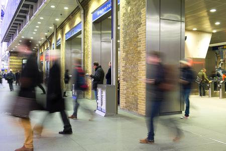 menschen in bewegung: Die U-Bahnstation London Zug Blur Volksbewegung in der Hauptverkehrszeit, am King