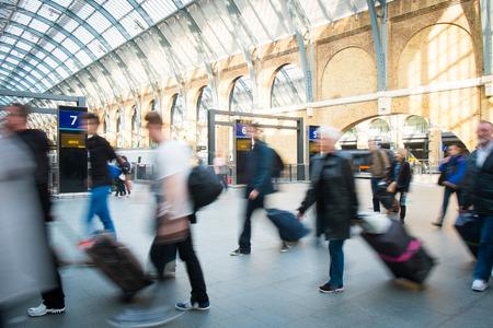 menschen in bewegung: Die U-Bahnstation London Zug Blur Volksbewegung in der Hauptverkehrszeit, bei Kings Cross Station, England, UK