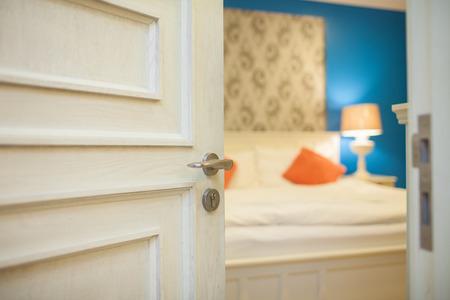 puerta: entreabierta puerta de un dormitorio Foto de archivo