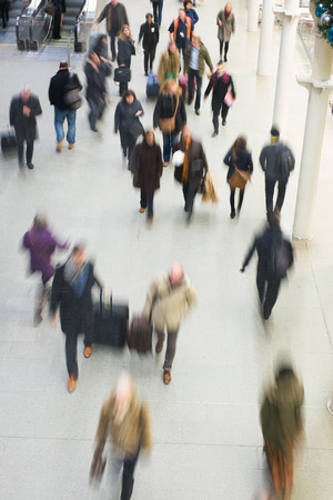 menschen in bewegung: Der U-Bahnhof London-Zug Blur Volksbewegung in der Hauptverkehrszeit am King