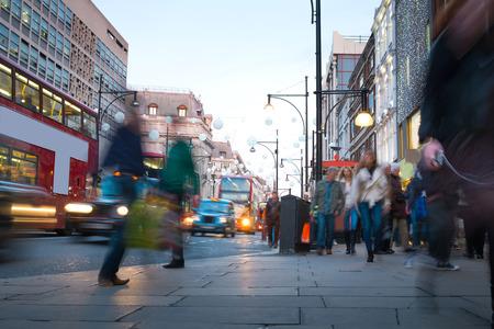 personas en la calle: Desenfoque de movimiento de trabajador gente de la ciudad, ir de compras en Londres, Inglaterra, Reino Unido