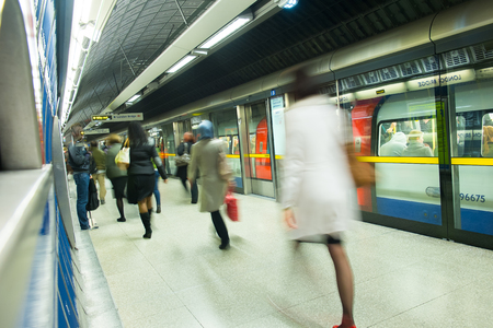 menschen in bewegung: Der U-Bahnhof London-Zug Blur Volksbewegung in der Hauptverkehrszeit am Kings Cross Station, England, UK