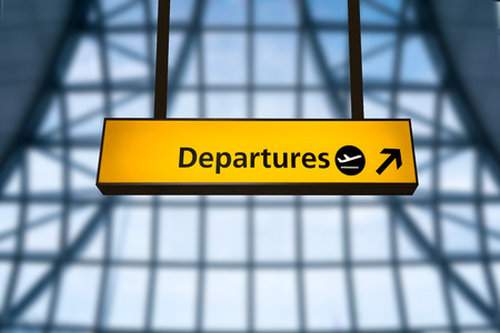 Check-in, sinal de partida do aeroporto de chegada e placa de informação