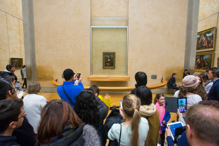 mona lisa: PARIS, FRANCE JAUNUARY 15, 2015: People waiting to see the Mona Lisa painting at the Louvre Museum, Paris.