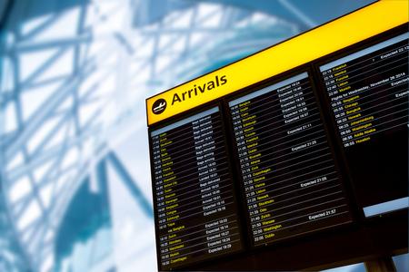 tablero: Llegada, Muestra del aeropuerto de salida y de llegada panel de información Editorial