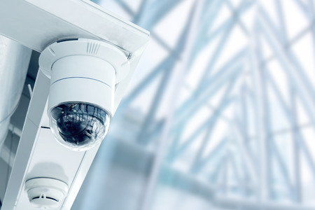 the system: Seguridad, c�mara de circuito cerrado de televisi�n en el edificio de oficinas Foto de archivo