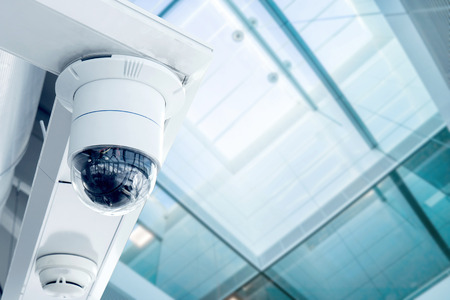 guardia de seguridad: Seguridad, cámara de circuito cerrado de televisión en el edificio de oficinas Foto de archivo