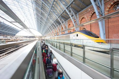 menschen in bewegung: Der U-Bahnhof London-Zug Blur Volksbewegung K�nig Kreuz St. Pancrast