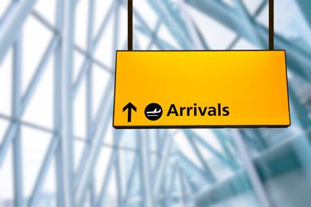 Check-in, sinal de partida do aeroporto de chegada e placa de informa