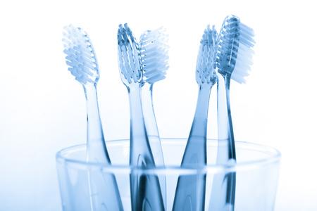 dentisterie: brosse à dents dans un verre isolé sur fond blanc