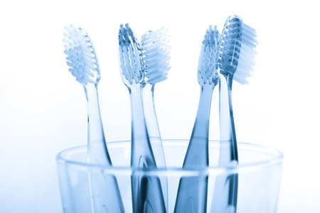 diente: cepillo de dientes en el vidrio aislado en el fondo blanco