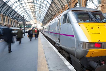 tren: La estaci�n de metro de Londres de tren de la falta de definici�n de movimiento de personas Editorial