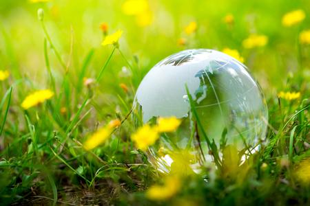 Verde y ecológico medio ambiente, globo de cristal en el jardín Foto de archivo - 42668407