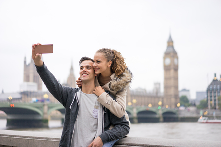 couple in love: Couple de touristes prenant selfie à Big Ben, Londres Banque d'images