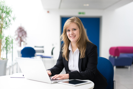 empleado de oficina: De negocios sentado en su escritorio en una oficina