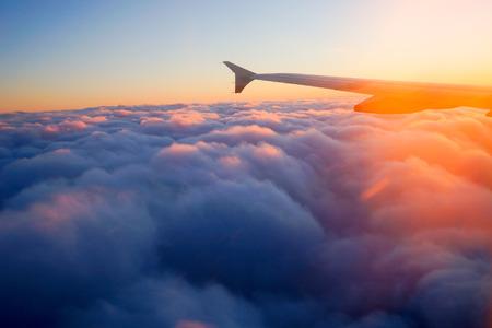 horizonte: Ala del aeroplano en vuelo desde la ventana, el cielo del atardecer
