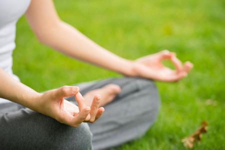 瞑想の女性と公園でヨガ 写真素材