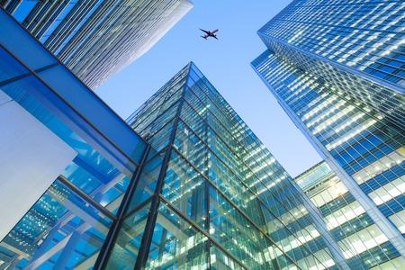 Een jet vliegtuig silhouet met business kantoortorens achtergrond