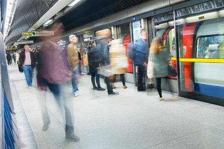 tren: Movimiento de viajeros en la estaci�n de tren de tubo, Londres Editorial