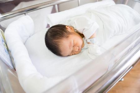 sala parto: Asian neonato in ospedale, sala parto