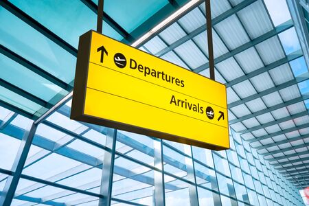 Airport Departure and Arrival sign at Heathrow, London Foto de archivo