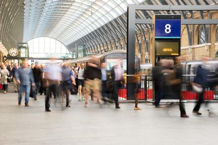 personas caminando: La estaci�n de metro de Londres de tren de desenfoque de movimiento de personas en la hora punta en la estaci�n de King Cross, Inglaterra, Reino Unido