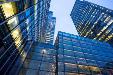 Edificio de oficinas de negocios en Londres, Inglaterra, Reino Unido Foto de archivo - 53498277