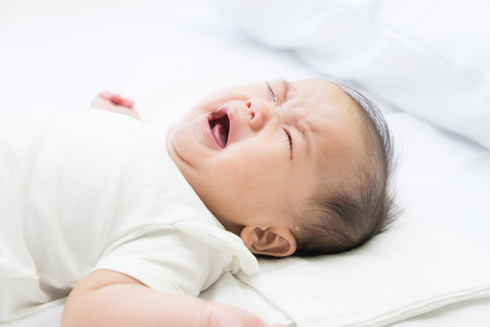 crying boy: Asia bebé recién nacido llorando