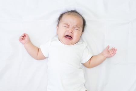 Pasgeboren Aziatische baby huilt